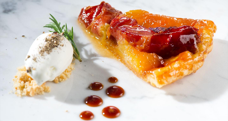 Tarte Tatin mit Pfirsich und luftgetrocknetem Schinken an Szechuanpfeffer-Eis