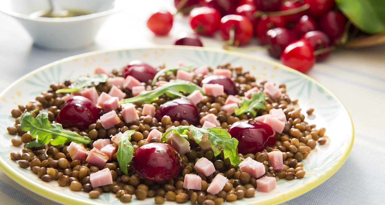 Salade de lentilles, cerises, roquette et cubes de jambon cuit