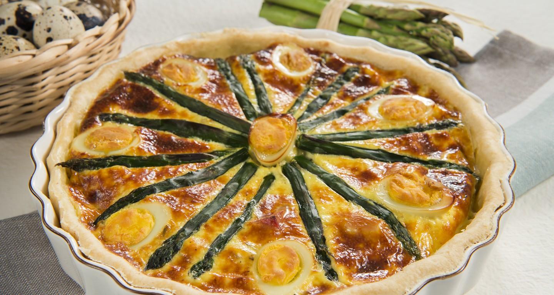 Quiche con asparagi, uova di quaglia sode e cubetti di pancetta affumicata