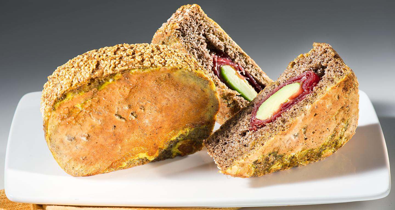 Eggy bread di pane di grano saraceno al mango, ripieno di bresaola e avocado