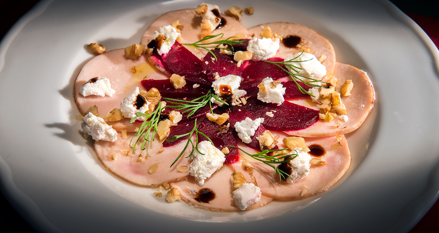 SALAD WITH PRONTI DI POLLO, BEETROOTS, GOAT CHEESE AND WALNUTS