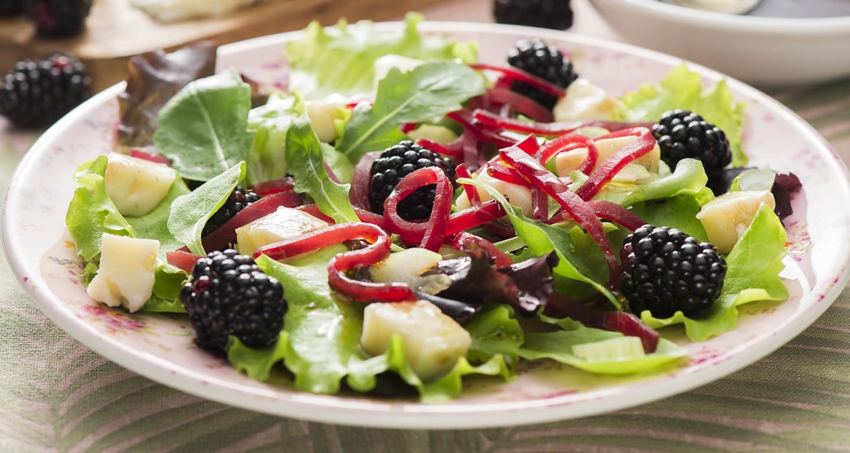 Salat mit Brombeeren, Sellerie, Blauschimmelkäse und Bresaola in Juliennestreifen