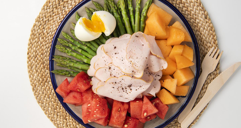 Blanc de poulet avec œufs, asperges, melon et pastèque