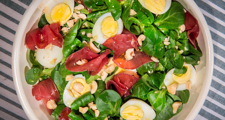 Insalata con soncino, uova di quaglia, bresaola e nocciole