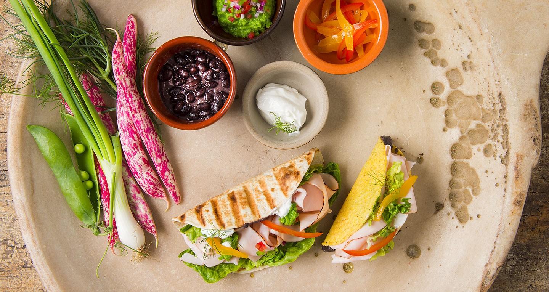 Tortillas mit Kidneybohnen-Creme, gerösteter Paprika, saurer Sahne und Guacamole