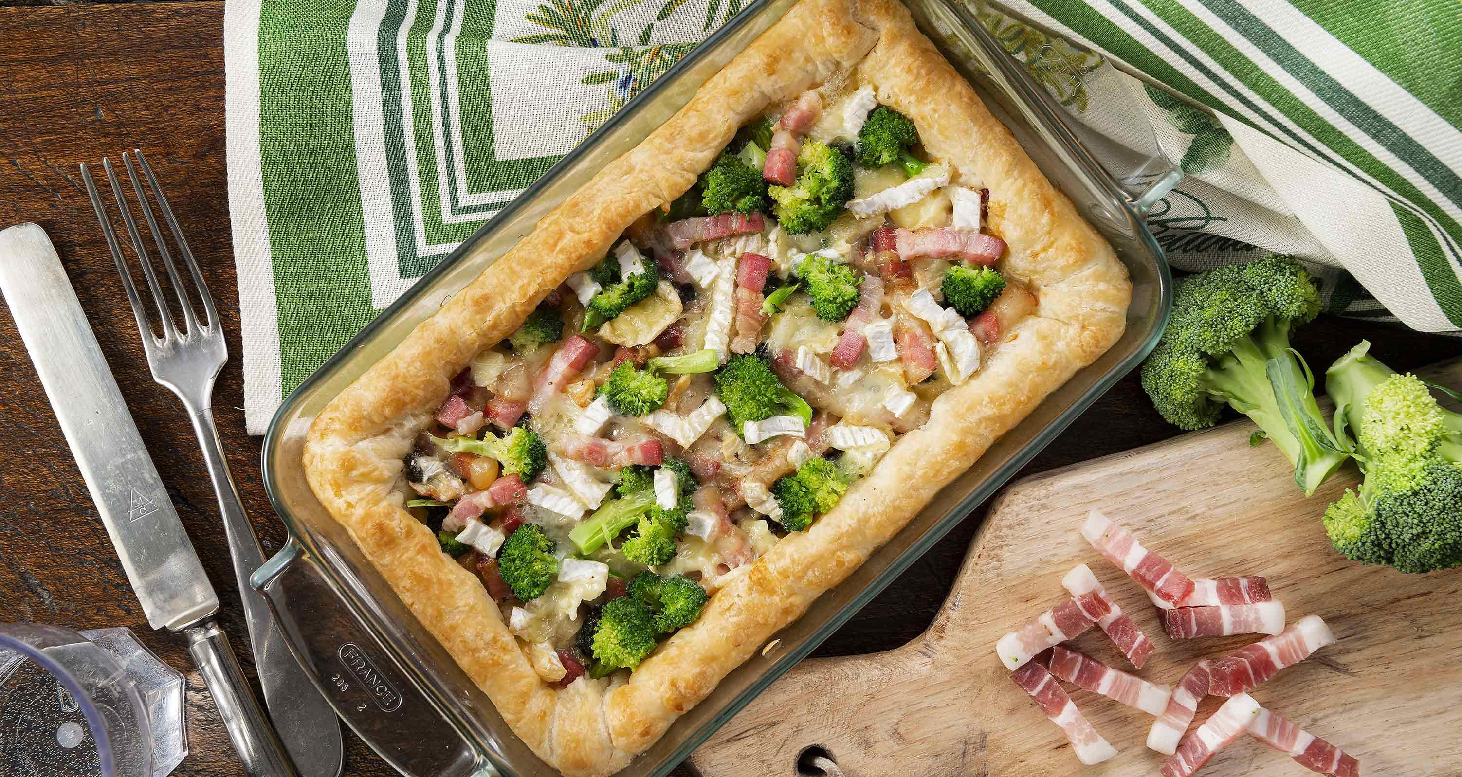 torta-salata-con-broccolo-camembert-e-fiammiferi-di-pancetta-affumicata-low.jpg