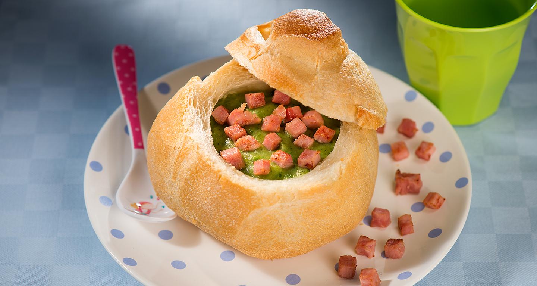 Vellutata di zucchine nel pane con cubetti di prosciutto cotto