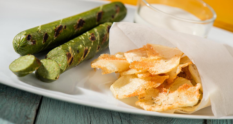 Wurstel vegetale con chips di patatine e salsa allo yogurt
